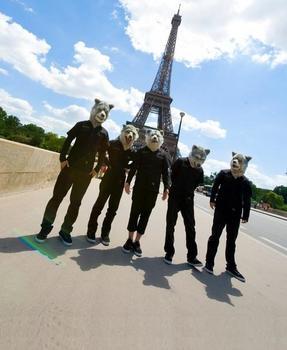 MAN+WITH+A+MISSION+MWAM+in+Paris+2012+Eiffel+towe.jpg